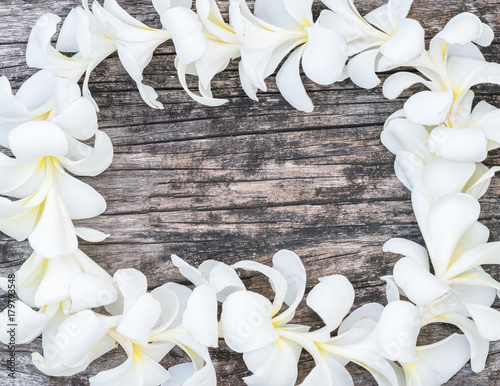 Fotobehang Plumeria Frangipani Lei of Hawaiian island islander top view from above for Hawaii Lei day concept