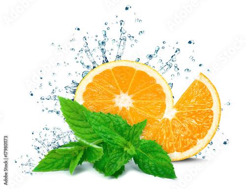 Pomarańczowa pluśnięcie woda i mennica odizolowywający na bielu