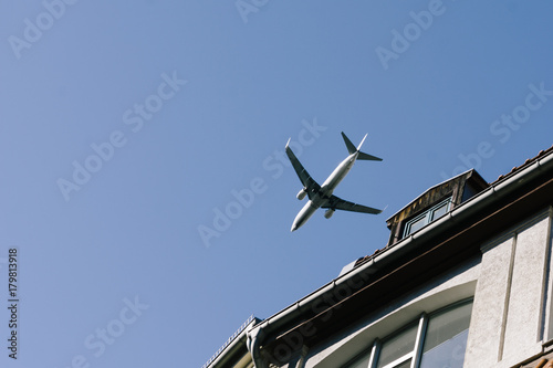 Papiers peints Berlin Airplane flying low above buildings, approach to landing