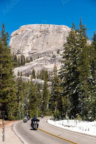 Fotobehang Natuur Park Motorrad Fahrer im Yosemite Nationalpark