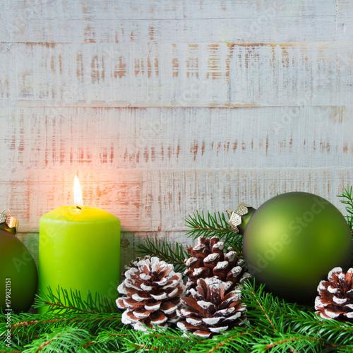 Weihnachten - Dekoration mit Kerzen Tannenzweige und Tannenzapfen - 179821151