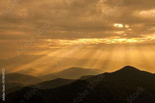 Foto op Plexiglas Ochtendgloren Sunrise over mountain in the morning.