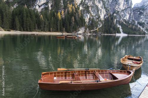 Fotobehang Chocoladebruin Lago di Braies