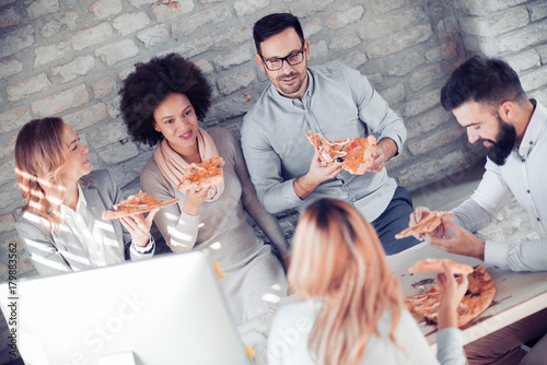 Papiers peints Pizzeria Happy business team eating pizza in office