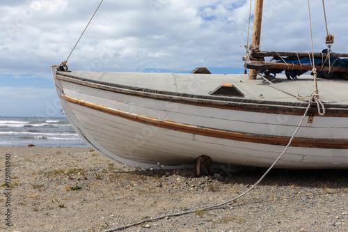 Keuken foto achterwand Schip An old boat moored on a beach