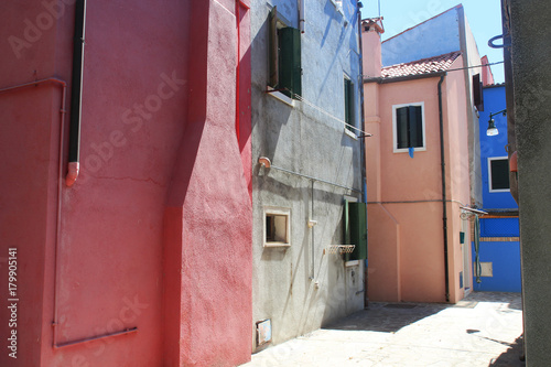 Poster Smal steegje Pastel coloured Burano Island houses