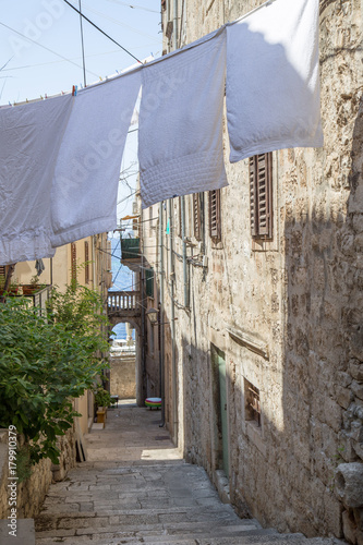 Poster Smal steegje narrow alley with hanging laundry