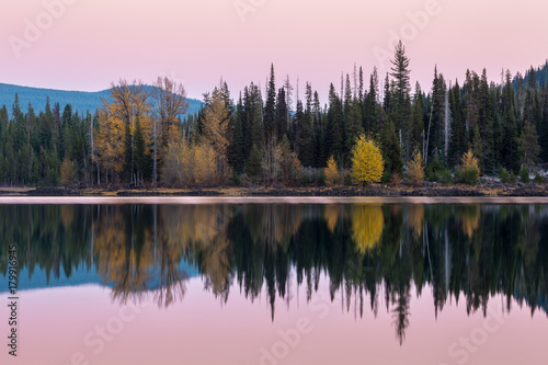 Plexiglas Lichtroze Fall Foliage Reflects on the Calm Water of Elk Lake During Sunset in Central Oregon.