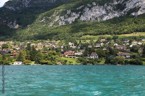 Fotobehang Khaki Village au bord du lac d'Annecy