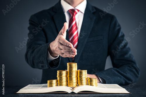 金貨と本 ビジネスマン - 179937329