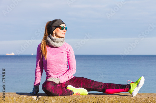 Poster Woman fitness sport girl training outdoor in cold weather