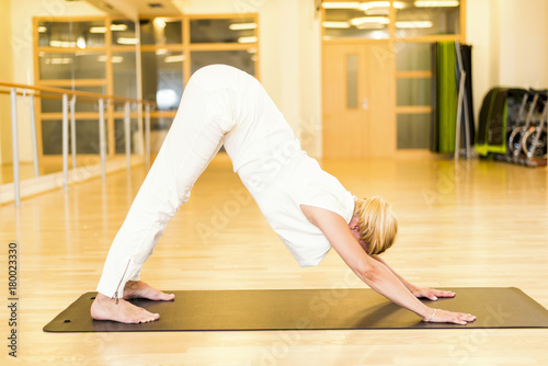 Fotobehang School de yoga Woman doing yoga in studio