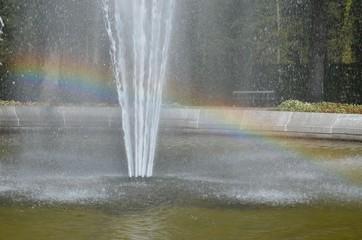 Regenbogen im Springbrunnen Wasserspiel Wasserfontaine