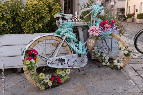Fotobehang Fiets Bicycle decorated with flowers