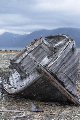 Keuken foto achterwand Schip boat breaks on the shore