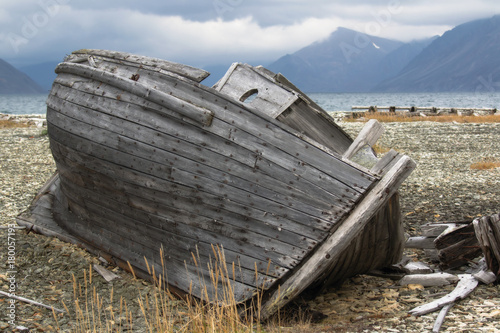 Papiers peints Navire old fishing boat on the shore of the Chukchi