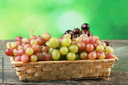 Foto op Plexiglas Sap Grapes in basket on grey wooden table