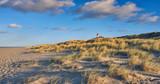 Leuchtturm in den Dünen an der Küste - 180086531