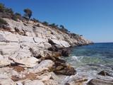 Skaliste wybrzeże greckiej wyspy Thassos