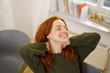 Quadro glückliche frau lehnt sich entspannt zurück