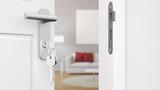 Tür mit Schlüssel vor Wohnzimmer - 180111114