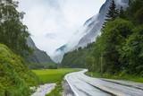 Zamglony krajobraz z drogą w norweskich górach