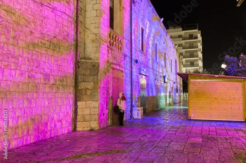 Poster Smal steegje giochi di luce sul muro
