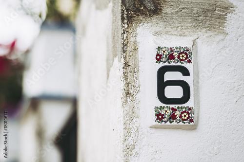 Plaque en céramique décorée numéro de rue
