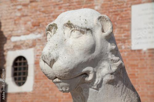 Fotobehang Lion Löwenskulptur am Eingang des Arsenals in Venedig