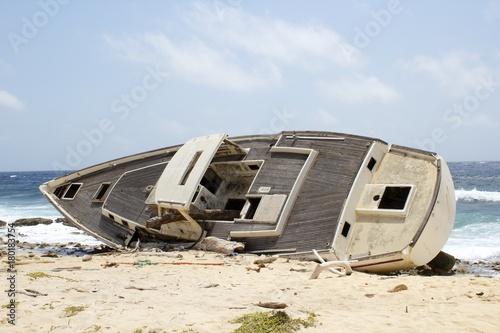 Aluminium Schipbreuk Abandoned Sailboat, Wreck