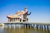 buddyjska świątynia na niebieskim niebie w Thailand