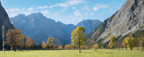 Fotobehang Pool Herbst am Ahornboden im Karwendel, Landschaftspanorama