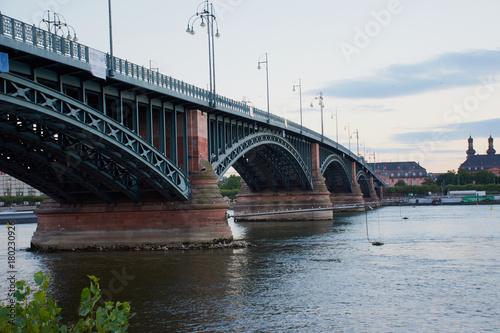 Aluminium Bruggen Bekannte Theodor-Heuss-Brücke in Mainz