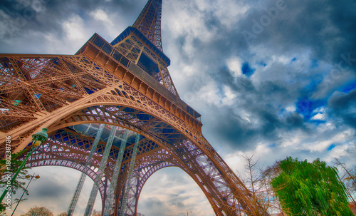 Fotobehang Eiffeltoren Skyward view of Eiffel Tower on a cloudy winter day - France