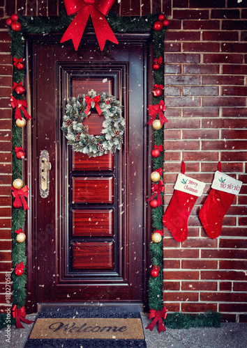 Fotobehang Hoogte schaal Decorative Wreath. Christmas front door.