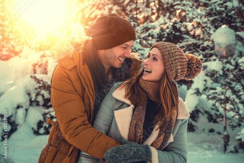 Foto Murales Paar hat spaß im Winterurlaub