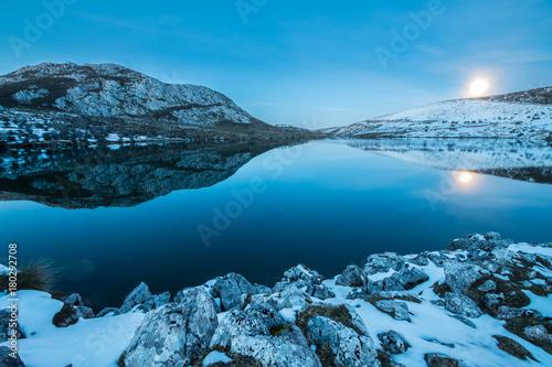 Poster Blauw reflejos simetricos en el lago nevado