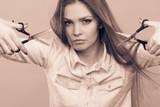 Szalona dziewczyna z nożyczkami. Fryzjer w akcji.