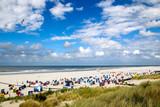 Strand mit Strandkörben auf der Nordseeinsel Juist in Ostfriesland, Deutschland, Europa. - 180355980