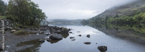 Papiers peints Photos panoramiques Landscape of Llyn Crafnant during foggy Autumn morning in Snowdonia National Park