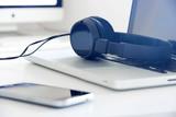 cuffie, computer, ascoltare, musica, mp3 - 180358929