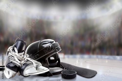 casco-de-hockey-sobre-hielo-patines-palo-y-disco-en-pista