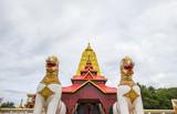 Złoty Puttakaya chedi z dwa gigantycznymi Chinthe przy wejściem, Sangkhlaburi okręg, Kanchanaburi, Tajlandia (pagoda).