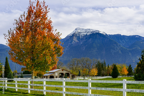 Fotobehang Canada White fence and mountain in British Columbia, Canada