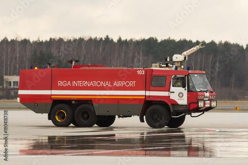 RYSKI, LATVIA, LISTOPAD - 11 2017: Nowożytny samochód strażacki przy lotniskowym Pożarniczym departamentem w Ryskim lotnisku międzynarodowym