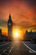 Dramatischer Sonnenuntergang hinter dem Big Ben in London, Großbritannien