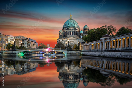 Foto op Plexiglas Berlijn Der Berliner Dom an der Spree bei Sonnenuntergang