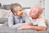 Senioren Paar schaut sich in die Augen - 180423945