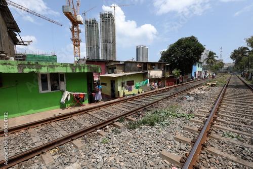 Fotobehang Spoorlijn Häuser direkt an der Bahnstrecke in Colombo