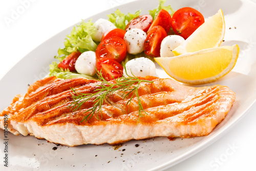 Papiers peints Steakhouse Grilled salmon with vegetables